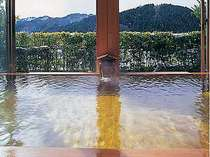 浴槽の周りが畳敷きのユニークな展望桧風呂。かけ流し温泉を堪能ください。