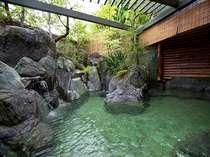 源泉より湧出される豊富な天然温泉の露天風呂