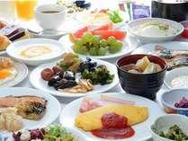 朝食バイキング。シェフ手作りふわふわオムレツは、チーズトッピングが人気!