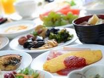 朝食バイキング一例。シェフ手作りふわふわオムレツは、チーズトッピングが人気!