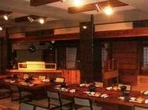 席前料理会場。左奥の調理スペースで日夜料理人と地魚の格闘が。