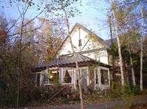 秋の館も、紅葉の森によく合います