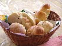朝のパンは世界遺産の白神山地のブナ林から生まれた天然酵母と道産の小麦「春よこい」を使った手作りです。
