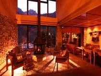 軽井沢の鐵音(くろがね)工房の薪ストーブがお出迎え。吹き抜けの窓から錫杖岳を眺め、ゆっくりと…