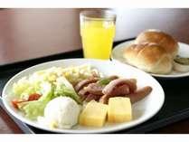 洋食例。朝食は、1階レストランにて和洋食ブッフェをご用意しております。営業時間 6:30~9:00AM