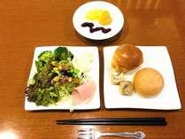 洋食例(メニューは日によって変更がございます)朝食は、1階レストランにて和洋食ブッフェとなっております