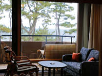 全室が松原に臨み木々の隙間から茜色に輝く瀬戸内のサンセットを垣間見る和室や和洋室(写真は広縁の一例)