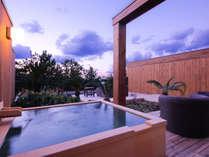 まるで化粧水のような湯ざわりの潮崎温泉を湛える専有露天風呂を全室に備えた特別客室(写真はTypeF)
