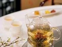 広東料理をベースに上海料理をも取り入れ、本格的飲茶がお楽しみいただけます。