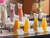 朝食の際のドリンクは何がお好みですか?フルーツジュースそれとも牛乳!?