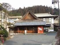 四万たむらのシンボル的な、茅葺屋根の玄関