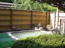 大涌谷から引湯している自慢の白濁温泉「貸切り露天風呂」