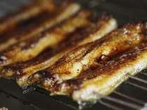 秘伝のたれをつけて炙る鰻の蒲焼
