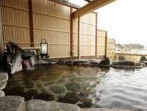 露天風呂付客室の露天風呂。特別なひと時をお過ごしください。
