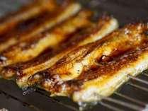 秘伝のたれをつけて炙る地元浜名湖産の鰻の蒲焼き。パリふわっと♪