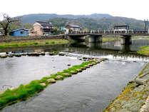 当館近くの河原には、夏には蛍がやってくることも♪ゆるゆると流れる川で眺める夕日も格別です♪