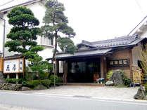 ■外観■鳥取空港よりタクシーで約25分。静かな温泉街に佇む鄙びた老舗旅館です。