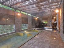 アジアンテイストの貸切風呂は40分無料でご利用可能。渓流沿いでせせらぎに耳を傾けリラックス