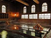 明治28年築の法師乃湯  浴槽下が源泉