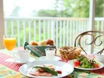 ■朝食 開放的なレストランでのんびり朝食を