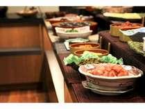 朝食バイキング★料理長自慢の料理が数多く並びます。