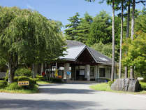 *大芝荘外観/大芝高原の中央に構える宿泊棟。豊かな緑の木立に囲まれています。
