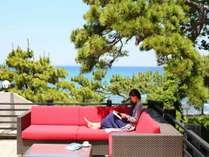 【音羽テラス】南房総の自然に囲まれ館山湾を望むテラス。心地良い海風を感じながらのんびり過ごす休日を。