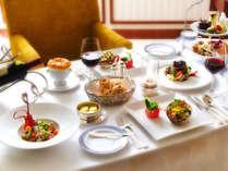 ディナーもお部屋で豪華に。特別コース「ハネムーンディーナー」をご用意します。