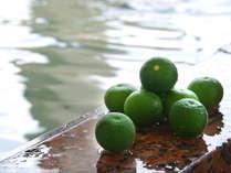 展望風呂には季節によりスダチなどの柑橘類が浮かぶ。爽やかな香りと合わせて温泉を堪能