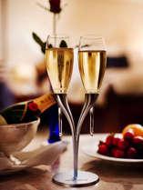 洋スイートの2部屋にはシャンパンやフルーツなど特別なおもてなしが。