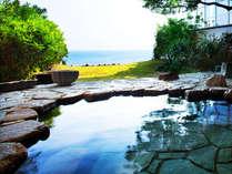 鳴門海峡を望む露天風呂。美肌の湯と名高い温泉は、体の芯から温めてくれる。