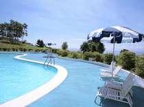 南に面した屋外プールは、夏の太陽を浴びてリゾート満喫♪猪苗代湖一望のプールサイドでバカンス気分♪♪