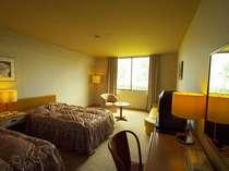 全室レイクビューの淡い色調のお部屋です。ベットの幅は110mで羽毛布団が心地よい眠りを誘います。