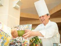 *【ライブキッチン】お客様の会話も楽しみのひとつです。料理についてお気軽にお尋ねください。