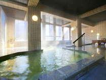 【観山の湯】男性大浴場 大きな湯船で窓も大きく、内湯でも開放的です