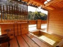恵比須、八幡の露天風呂は高台のウッドデッキから温泉街を見下ろす景観