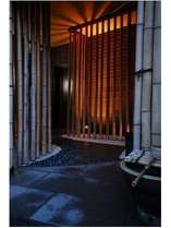 竹の間からこぼれるやわらかい照明と、石のたたきと玉砂利でお出迎え