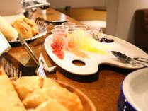 朝食~カラフルでおしゃれなごはんは、朝からゲストの気分を高揚させてくれます。