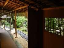 【庭園】この先に宏壮な日本庭園が広がります