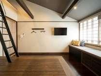 ロフト付きのお部屋。40インチの壁掛けタイプのテレビ。4名様の場合ロフト使用。登れる方に限ります
