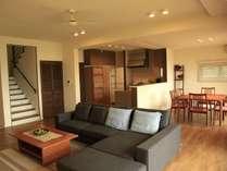 大きなソファもあるリビングは、憩いの時間を提供します。