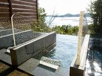温泉の庭園露天風呂にある寝湯。女湯は枕にも本真珠があしらわれている。昼間は海、夜は☆をのぞむ
