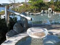 庭園露天風呂の湯口下には本真珠が埋め込まれた湯受けがあり、寝湯の枕(女湯のみ)や仕切りにも。