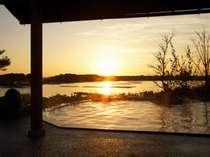 庭園露天風呂(女湯)から見る夕景 ※写真は冬(夕日が見られる期間)の景色です。