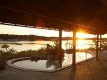 男湯の庭園露天風呂。冬が近づくにつれ夕日を見ながらの温泉が楽しめる