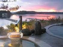 「夕なぎの湯(女湯)」の庭園露天風呂の夕景