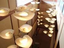 ロビーの照明は当館のロゴ「さるとりいばら」がモチーフ
