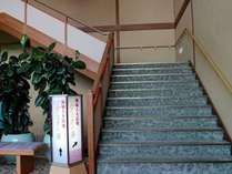 2階浴場サロンより女湯入口は階段にて3階へ