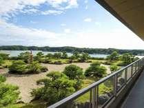 3階見晴らしロビー:和風庭園越しに英虞湾の風景が広がります。