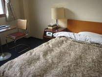 ビジネスに一人旅に最適な余裕のセミダブルベッドのシングルルーム